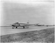 182-7 Vliegtuig op vliegveld Zestienhoven.