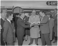 182-8 Overhandiging van een modelvliegtuigje. Ir. C.Tillema, directeur van Gemeentewerken, kijkt toe.