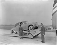 182-9 Een personenauto als vracht voor een vliegtuig van Air Charter Limited.