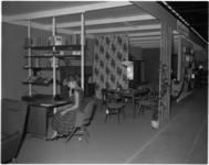 1858-1 Stand op de elfde consumentenbeurs Femina, geopend door mevrouw Van Walsum.