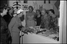 1858-5 Bezoek van burgemeestersvrouw mr. J.M. van Walsum-Quispel aan de consumentenbeurs Femina.