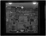 1860-10 Etalage van zuivelwinkel de Zwaluw met uitstalling van zuivelproducten.