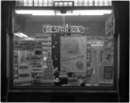 1860-5 Etalage van kruidenierswinkel De Spar met uitstalling van zuivelproducten en poster op de etalageruit voor de ...