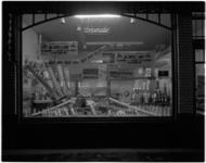 1860-7 Etalage van kruidenierswinkel de Coöperatie met uitstalling van zuivelproducten.