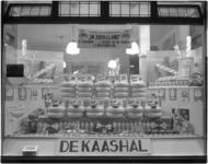 1860-8 Etalage van zuivelwinkel de Kaashal (Rosestraat 2) met uitstalling van zuivelproducten.