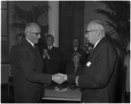 1861 Burgemeester Van Walsum drukt ir. J. Rotgans de hand in verband met zijn afscheid als voorzitter van het bestuur ...