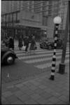 1880 Oversteek Karel Doormanstraat bij de Korte Lijnbaan met de muziekwinkel van Rijken en de Lange.