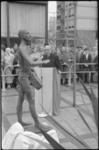 1890 Burgemeester G.E. van Walsum houdt een toespraak bij het bronzen beeldje De Trommelslager vervaardigd door Adri C. ...