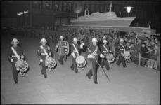 1895 Taptoe op de Coolsingel door de Royal Marines Band langs een schaalmodel van ss Rotterdam.
