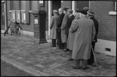 1898 Ouden van Dagen wachten voor het postkantoor.