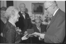 1912-2 Mejuffrouw M.van Rijckevorsel, opperste stichtsvrouwe van de M.C.van Dooren Stichting, wordt door burgemeester ...