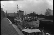 1924 De Port Talbot uit Groningen vast in de Parksluis