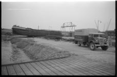 1929-1 Een binnenvaartsschip ligt droog op de Sluisjesdijk.