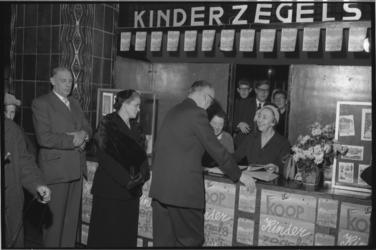 1964 Burgemeestersechtpaar Van Walsum start de campagne voor de kinderpostzegels in het hoofdpostkantoor aan de Coolsingel.