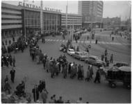 1965-1 Wandeling van reunisten van de Nederlands Economische Hogeschool vanaf Centraal Station.