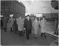 1965-2 Wandeling van reunisten van de Nederlands Economische Hogeschool vanaf Centraal Station en langs het ...