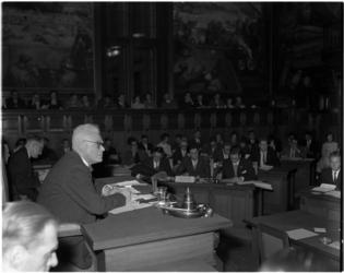 1966 Oud-burgemeester prof. mr. P.J. Oud spreekt in de raadszaal het jeugdparlement Zuid-Holland toe.