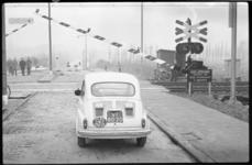 1974-2 Op de Xerxesweg werden een automatische overwegbeveiliging en halve overwegbomen met dubbele knipperlichten in ...