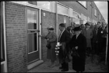 1980 Eerste huis opgeleverd van woningbouwproject (222 woningen) in Hoek van Holland, door wethouder Bavinck.