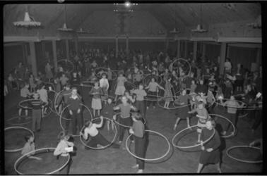 1986 Hoela-hoepvaardigheidstest in grote zaal van Odeon in de Gouvernestraat.