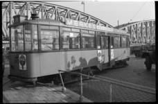 1987 Tram 2 ontspoord bij de Maasbruggen.