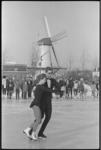 20010-41 Schaatsdemonstratie bij IJsclub Charlois op de ijsbaan aan de Kromme Zandweg met op de achtergrond molen de ...