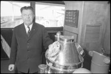 20010-43-36 Kapitein D. J. van der Wiel van het passagierschip ss. Waterman van rederij Trans Oceaan voor de laatste ...