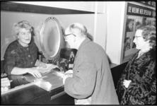 20010-44-22 Een bezoeker van film 'De Overval' koopt een bioscoopkaartje.