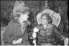 20010-58-37 Variétéartieste en zangeres Heintje Davids (rechts) en actrice Wiesje Bouwmeester in Casino de Paris.