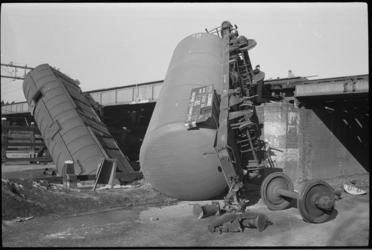 20010-60-11 Treinongeval op de spoorbrug over de Gouwe bij Waddinxveen na aanrijding met een tankwagon die uit de rails ...