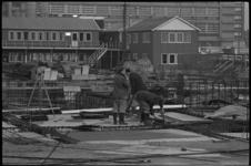 20010-72-18 Betonvlechters werken aan het fundament van concertgebouw De Doelen. Op de achtergrond het ...