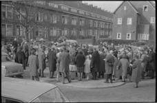 20011-84-35 Paaszangsamenkomst op het Irisplein. Links op de achtergrond de Azaleastraat en rechts de Malvastraat.