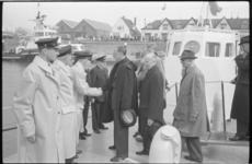20011-87-26 Reddingsbrigade Hoek van Holland krijgt bezoek van Prins Bernhard in verband met de ingebruikname van de ...