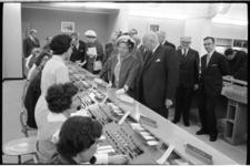 20012-11-10 Koningin Juliana het districtskantoor van de PTT aan de Coolsingel. Hier bezoekt zij het telegraafkantoor.