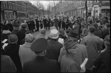 20012-14-28 Paaszang met het Leger de Heils in de Spanjaardstraat. Rechts filiaal van Foto Ciné op de hoek met de ...