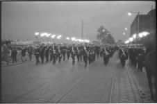 20012-32-22 Korps Mariniers met fakkeldragers en Marinierskapel marcheert op de Boompjes in verband met dodenherdenking.