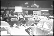 20012-4-29 Drive-in bioscoop met projectiescherm op spoorviaduct op de St. Jacobsplaats. De voorstelling wordt verzorgd ...