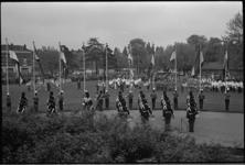 20012-64-19 Op het Karel de Stouteplein in Rotterdam-Zuid houdt het Tamboers en Trompettercorps Ahoy' samen met andere ...