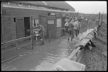 20012-95-36 Als gevolg van een gat van drie meter in een nooddijk zijn aan de Schaardijk in Kralingseveer enkele ...
