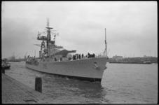 20014-45-6 Het Engelse fregat HMS Crossbow onder commando van kapitein-luitenant ter zee, B. Idiens, meert af aan de ...