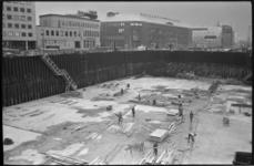 20014-47-12 Bouwput voor de metro op de plek van de oude Bijenkorf met op de achtergrond het gebouw van het ...