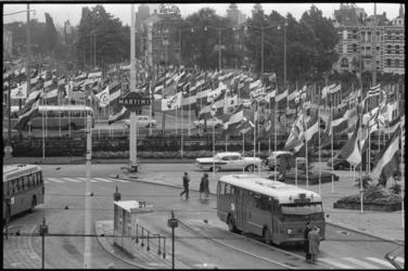 20015-25-14 Vlaggenparade voor Stationsplein in kader van de Havenweek met rechts de Diergaardesingel met Hotel ...