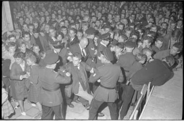 20015-49-44 De politie grijpt in tijdens relletjes rond Ahoy' met jeugdige bezoekers waar feesten werden gehouden in ...