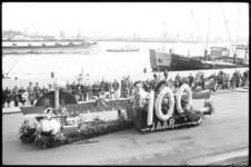 20015-53-29-2 Bloemencorso op de Parkkade in het kader van de Havenweek met een praalwagen met als thema honderd jaar ...