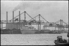 20015-58b-4a Bij het stuwadoorsbedrijf van de Steenkolen-Handelsvereniging aan de Waalhaven (Pier 7) is de Noorse ...