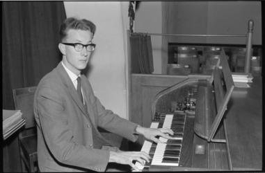 20015-70-32 Aad van der Hoeven, organist van de Prinsekerk in de Schepenstraat.