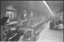 20016-20a-27 Diner, op een perron van het in aanbouw zijnde metrostation Leuvehaven, door Rotterdamse expediteurs op de ...
