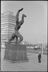20016-42-20 Beeld Verwoeste Stad van Ossip Zadkine op Plein 1940. Links het gebouw De Hoofdpoort van ...