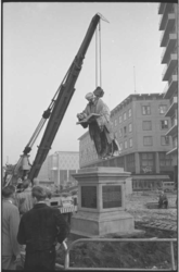 20016-43a-37 Standbeeld van Erasmus wordt op de Coolsingel van zijn sokkel gelicht in verband met de verplaatsing naar ...