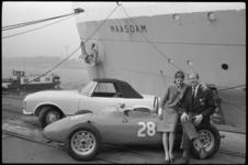 20016-51a-22393 Carel Godin de Beaufort autocoureur laat in verband met wedstrijden in de VS zijn Porsche raceauto en ...
